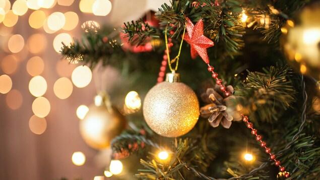 Un arbre de Noël décoré.