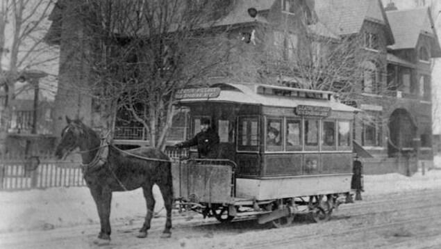 Un tramway tiré par un cheval pendant les années 1890.