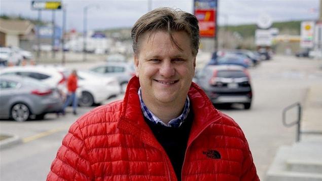 Le maire de Baie-Comeau sourit à la caméra.
