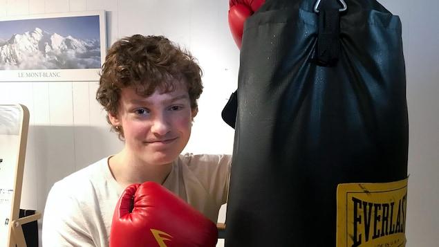 Un jeune homme avec des gants de boxe.