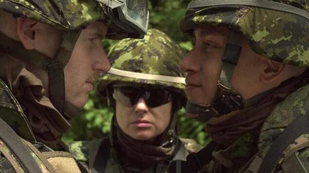 Image montre deux soldats, face à face, dans le film Quebexit.