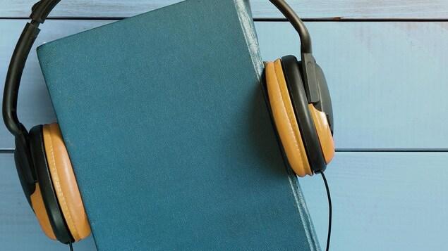 livre avec des écouteurs.