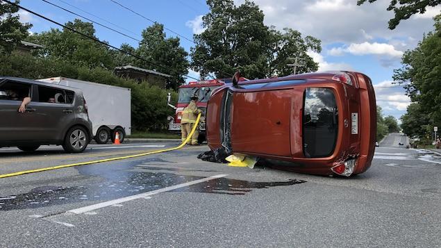 Une voiture renversée sur le côté.