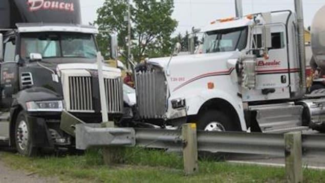 Des camions lourds accidentés et un autre véhicule coincé entre les deux