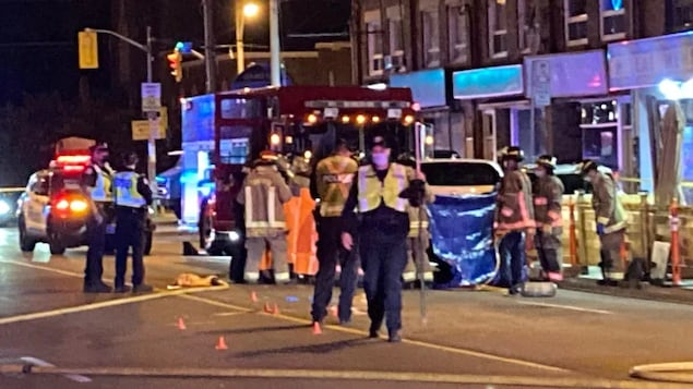 Une scène d'accident avec des officiers de police et des pompiers.