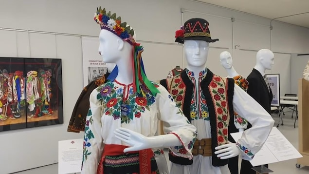 Deux mannequins vêtus d'habits traditionnels ukrainiens.