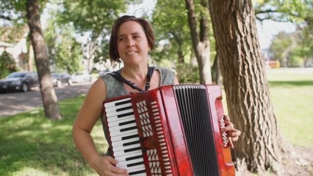Auteure-compositrice Anne-Marie Williot avec son accordéon