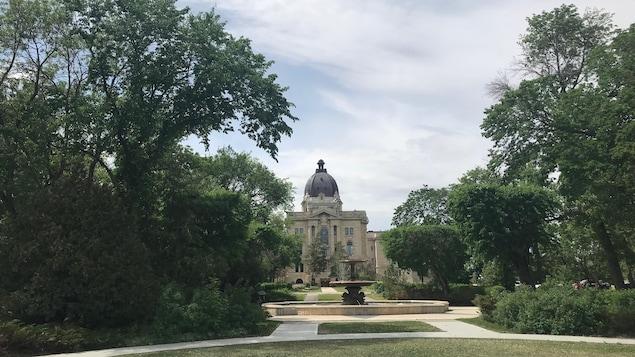 L'Assemblée législative à Regina, du côté du parc. en arrière-plan d'une fontaine.