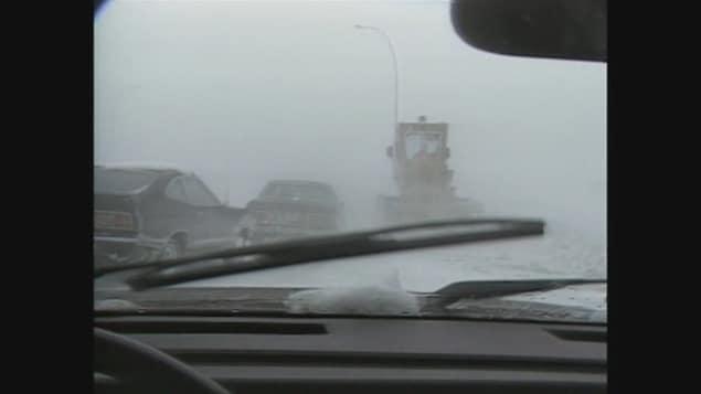 Des voitures coincées sur l'autoroute pendant la tempête du 14 mai 1986.