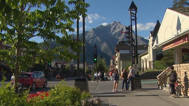 Quelques personnes attendant que le feu de circulation change pour traverser une intersection à Banff.