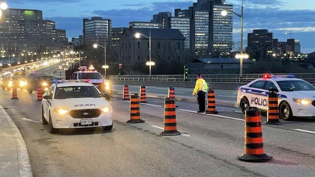 Des voitures font la file en raison d'un barrage policier sur le pont du Portage.