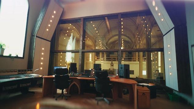 Un studio d'enregistrement dans une église.