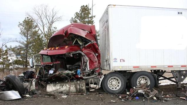 Un camion détruit après une collision
