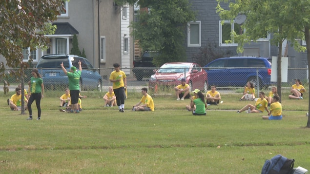 Moniteurs de camps de jour en formation dans un parc.