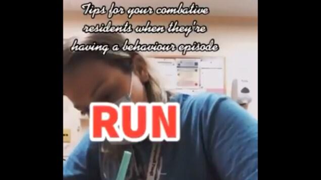 Capture d'écran extraite d'une des vidéos TikTok mises en cause : « Conseils lorsque vos résidents combatifs ont une crise de comportement », est écrit en haut. Le conseil principal étant : « Courez ».