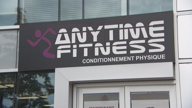 Façade d'un centre d'entrainement de Anytime Fitness.
