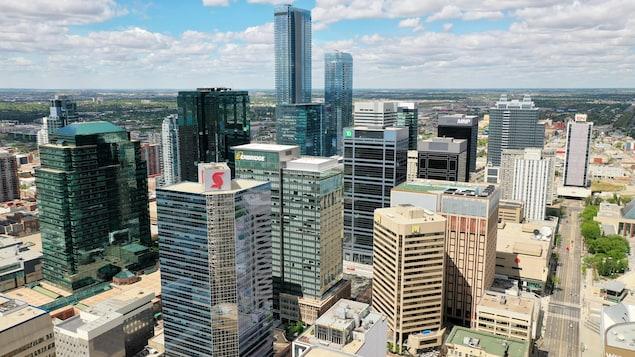 Plusieurs édifices de type gratte-ciel par une journée partiellement ensoleillée de juin.