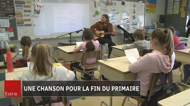 Les élèves en classe écoutent le musicien.