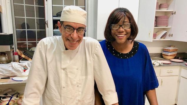 Walter et Patricia avec de grands sourires dans la cuisine