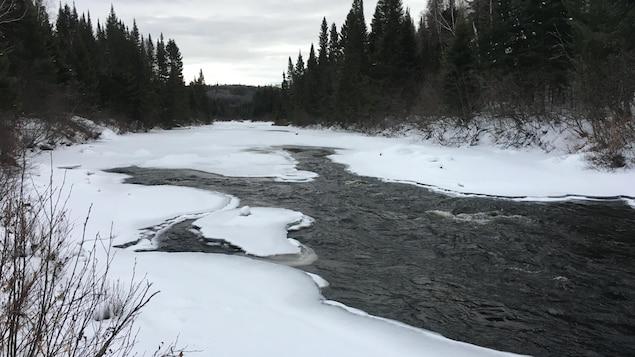 La rivière est en partie gelée.