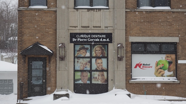 La devanture de la clinique dentaire du Dr Pierre Gervais, sous la neige.