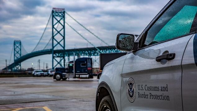 Un véhicule des Douanes et de la Protection des frontières des États-Unis, devant le pont Ambassador.