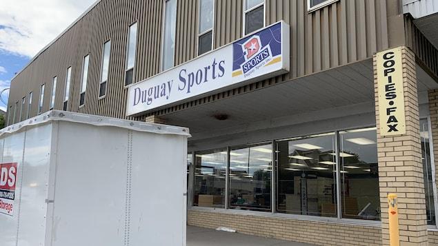La devanture du magasin Duguay Sports.