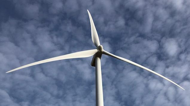 Vue du sol d'une éolienne.
