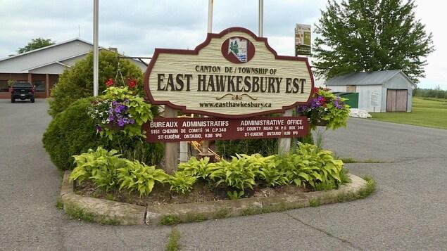 Affiche à l'accueil des bureaux administratifs du Canton de Hawkesbury-Est.