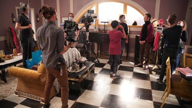 Un groupe de personnes qui travaillent sur un plateau de tournage.