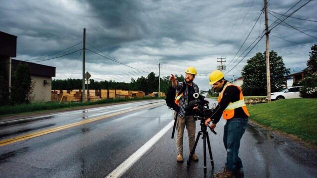 Le réalisateur et un caméraman sur la route.