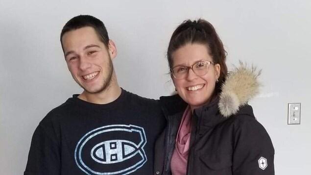 Un jeune homme et une femme souriants.