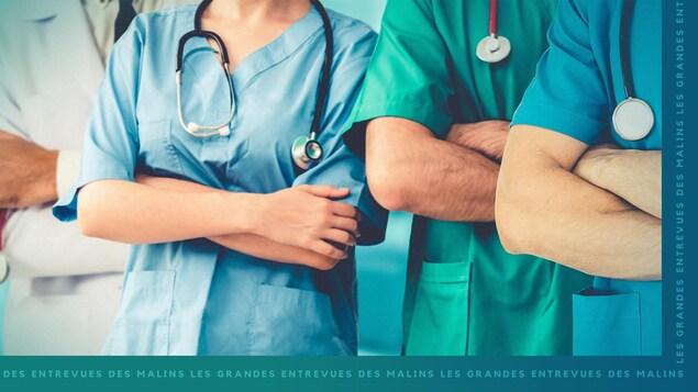 Des travailleurs de la santé les uns aux côtés des autres avec les bras croisés.