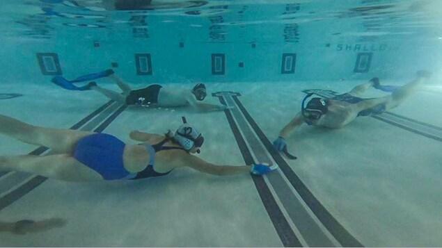 Trois joueurs jouent le hockey sous l'eau!
