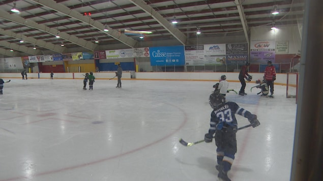 Le hockey « timbits » à l'Aréna Notre-Dame dans le quartier de Saint-Boniface à Winnipeg.
