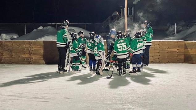Des joueurs de hockey sur une glace extérieure