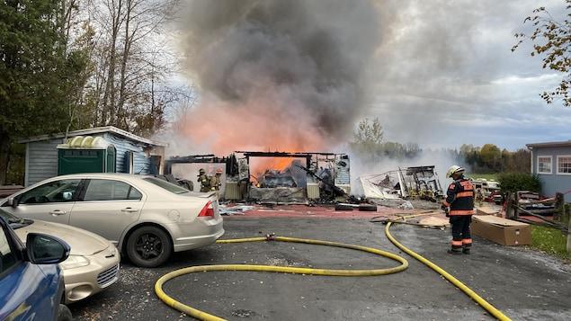 Au moins trois pompiers tentent d'éteindre un important feu à Brompton.