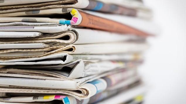 Gros plan d'une pile de journaux en papier.