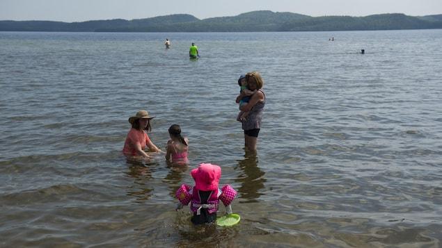 À la plage du lac Normand, les enfants peuvent marcher sur plusieurs centaines de mètres avant d'avoir de l'eau par-dessus la tête.