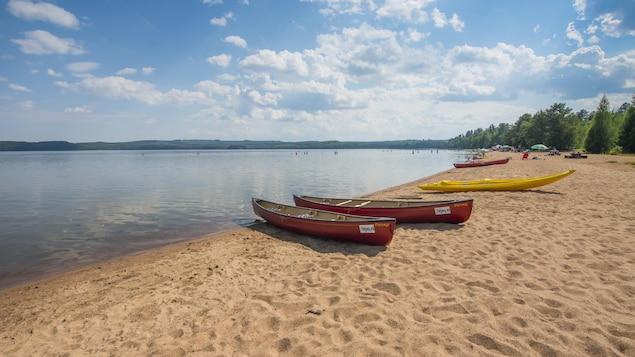 À la plage du lac Normand, à la réserve faunique du Saint-Maurice, il est possible de louer canot, kayak, chaloupe et planche à pagaie.