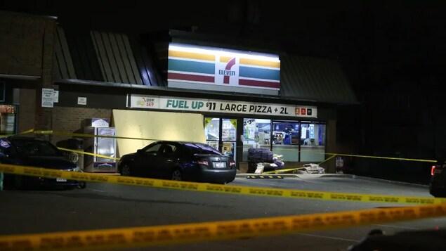 Un magasin Seven-Eleven est bouclé après avoir été le lieu de l'intervention lors de laquelle la police a fait feu sur l'homme.