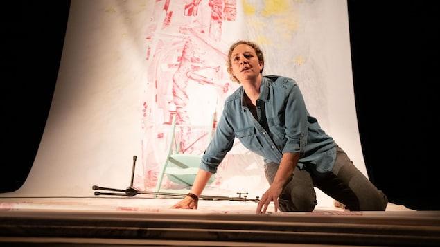 Magali Lemèle en prestation sur une scènes.