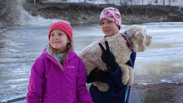Un garçon et une fille, en compagnie de leur chien Hectus