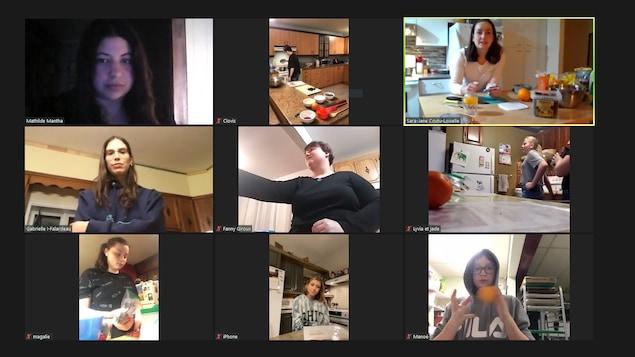 Une photo d'une séance zoom où les jeunes cuisinent une recette