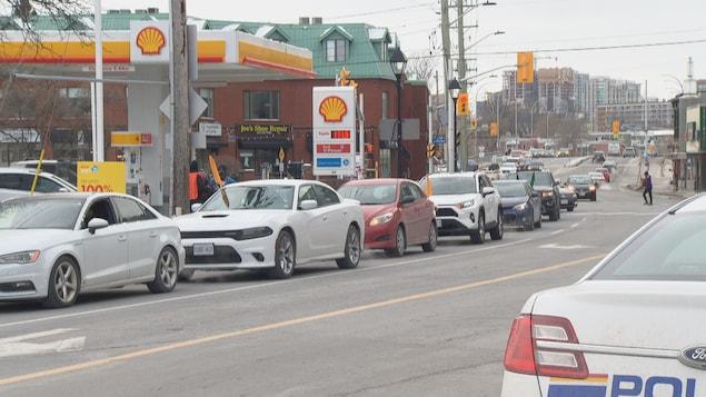 Des voitures défilent devant le Haut-commissariat de l'Inde à Ottawa.