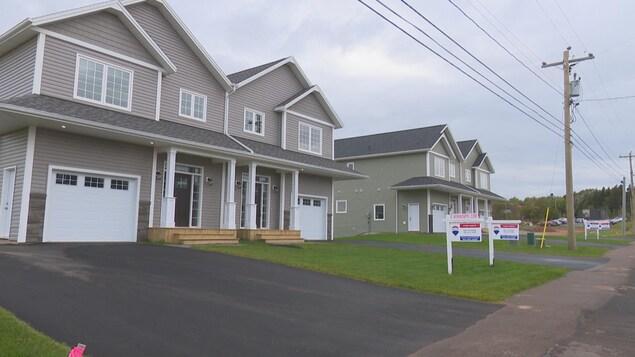 Quatre nouvelles maisons sont à vendre sur le bord d'une route en périphérie de Charlottetown.