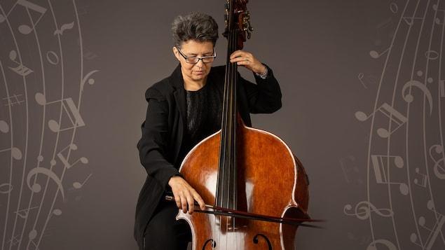 La contrebassiste Marjolaine Fournier en train de jouer de son instrument.