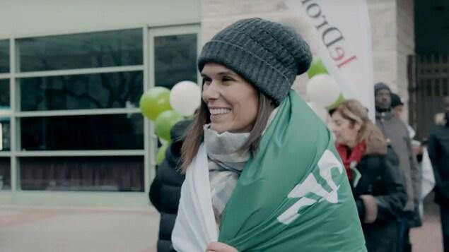 Mélissa Ouimet est enveloppée dans un drapeau franco-ontarien