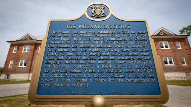 Une plaque est représentée devant l'ancien pensionnat du Mohawk Institute.