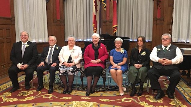 Les six récipiendaires de l'Ordre de la Pléiade. De gauche à droite : François Boileau, Martin Lalonde, Réjeanne Bélisle-Massie, la lieutenante-gouverneure de l'Ontario l'honorable Elizabeth Dowdeswell, Anne Tennier, Audrey Debruyne et François Bazinet.